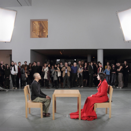 The artist is present, fra MoMA mai 2010. Foto: Marco Anelli / Courtesy of the Marina Abramović Archives og Sean Kelly Gallery, New York.