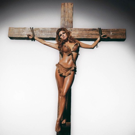 Terry O'Neill - Raquel Welch on the cross (40
