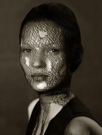 Albert Watson - Kate Moss in torn veil (B&W) 76 x 61 cm